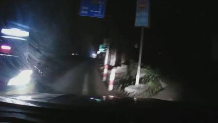 夜间行车不减速 司机听歌开小差一头撞断标志杆