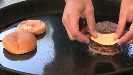 纽约街头小吃:双层芝士汉堡,这馅料给的太足了,看着真馋人