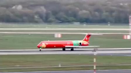 MD83飞机起飞,中短程客机,看到长长的机身就担心从中间断掉!