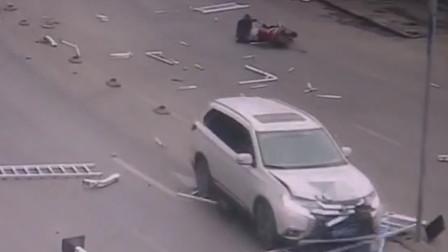男子错把油门当刹车 车辆撞飞护栏插进车厢