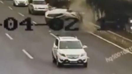 男子疲劳驾驶酿事故 怼上前方车辆后撞上花台侧翻