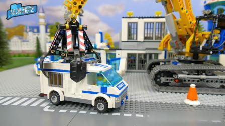 警察接到报警出动救援,出门挖土机给欺负了