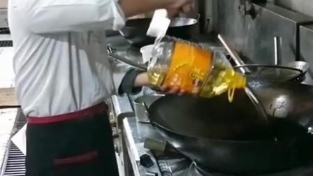 北京大厨准备开烧大菜,却嫌油倒的太慢,没想到一把菜刀就轻松搞定了