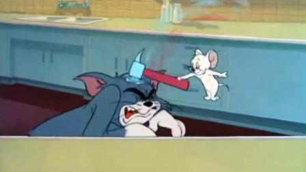 杰瑞变成小白鼠,汤姆却不敢动它,让小白鼠打自己的头
