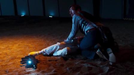 士兵差点要被外星人给杀了,是美女用身体撞飞了外星人,救了他