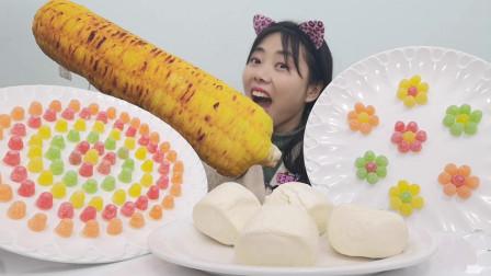 """美食开箱:小姐姐吃""""彩色小馒头果味软糖"""",浓缩精华Q弹超美味"""