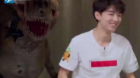 王俊凯看到恐龙后原地静止,下一秒对着恐龙直言:你好可爱啊!