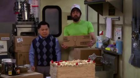 破产姐妹:Han打碎姐妹蛋糕被吓坏,抱Oleg大腿求安慰
