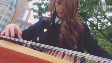 牛人小姐姐,借美国小哥的琴,第一次在纽约街头弹起古筝