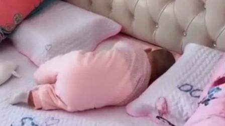 4个月大的宝宝趴在沙发上睡着了,接下来的画面,妈妈心都萌化了