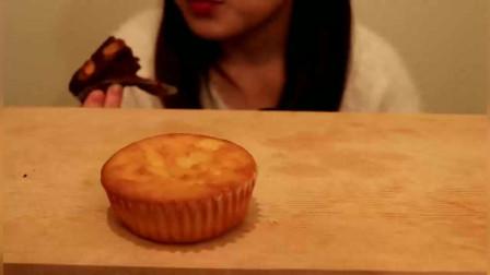 anko吃玛德琳杯子蛋糕、巧克力小蛋糕啦很好吃的样子