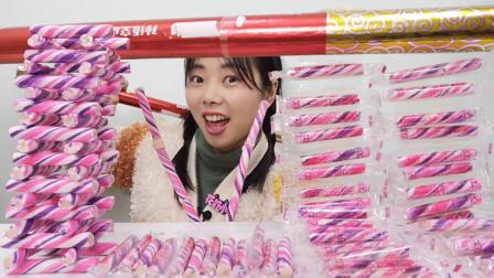 """美食开箱:小姐姐吃趣味""""棍子糖"""",炫彩长条搭架子,果味香甜"""