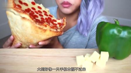 """巨大的""""手握披萨"""",就像手捧一束鲜花,小姐姐抱着啃吃的好香啊"""