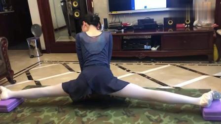 长腿女高中生小姐姐在家横叉练习,疼的快要坚持不住了