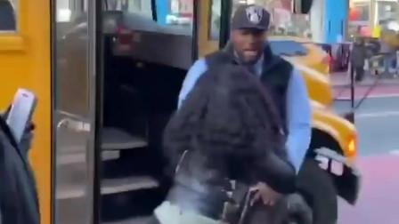 美国黑人司机把一个逃票的孩子扔下车遭路人围攻,最后发现是小矮人