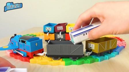 托马斯小火车转圈圈游乐场收到了几颗小糖果,小朋友们很羡慕