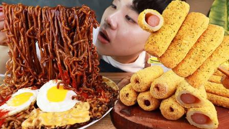 韩国小哥狂吃10包炸酱面,还有一堆芝士热狗,大口吃得很忘我
