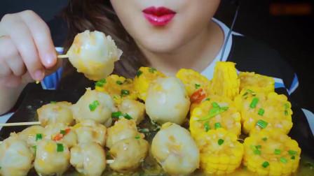 国外美女吃播:吃黄油翻炒的鱿鱼和玉米