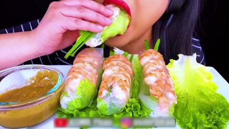 国外美女吃播:吃虾春卷,嘎吱嘎吱声音超好听