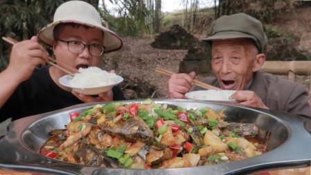 """5斤黄辣丁,一斤蒜,做一道""""黄辣丁烧大蒜""""肉质细腻,味道鲜美"""