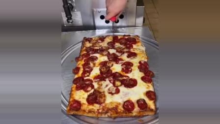 新鲜刚出炉的披萨。美国人的最爱。是你的口味吗?
