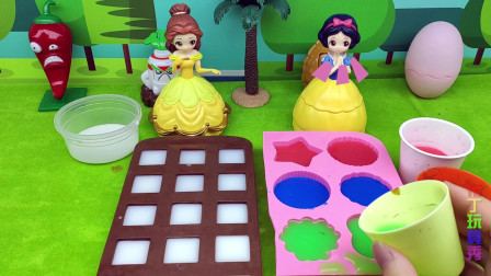 白雪公主和贝儿公主都给自己的女儿做冰块,谁会做的更好呢?