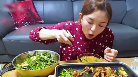 国外美女吃播:吃烤肉配拌韭菜