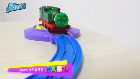 托马斯小火车的好朋友培西被彩泥蒙住了双眼,抠都抠不下来