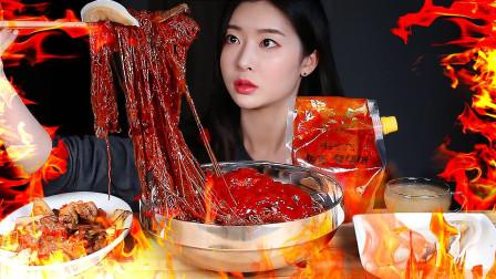 """韩国美女极限挑战:""""变态""""爆辣拌面,一口下去辣到起飞,看得我胃疼"""