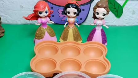 王后让女儿们给自己做布丁吃,贝尔用调色的方法调出,贝尔真聪明!