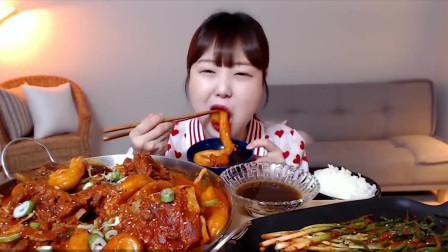 """胖妹吃""""东北美食""""粉耗子,一口吮吸不咬断,连连点赞中国美食"""
