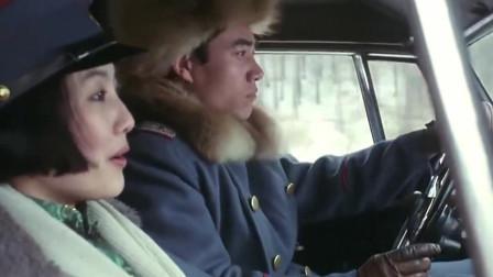 满洲虎行动:男子开车带美女逃出,女子这一举动差点撞树上!