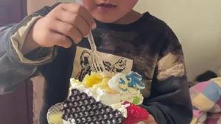 小朋友们长这么大第一次吃蛋糕,儿子说他们在电视里看到别的小朋友吃过。大家吃的不亦乐乎#干儿子跟挖机小哥 (8)