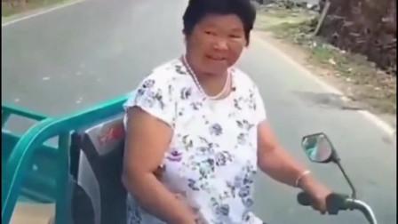 大妈骑三轮转弯太随意,撞车后的眼神都让人生气
