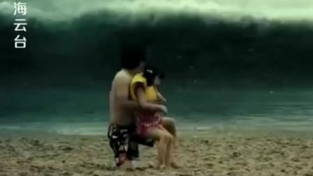 灾难片:大海突然出现奇怪现象,游客急忙逃窜,跑得慢的全部丧命