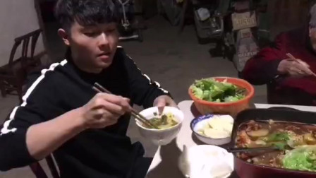 在农村想吃火锅怎么办?自家菜地啥都有,只差搬个锅到菜地
