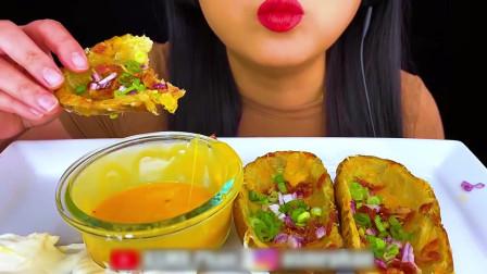 国外美女吃播:吃油炸土豆皮配芝士酱