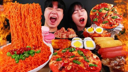 """韩国ASMR吃播:""""火鸡拌面+紫菜包饭+明朗芝士热狗+披萨+马卡龙"""",听这咀嚼音,吃得真馋人"""