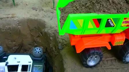 自卸车不小心把警车埋沙坑里消防车呼叫挖掘机救出警车