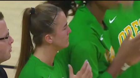NCAA俄勒冈大学女篮赛前致敬科比 莎布里娜身穿科比战靴流泪不止