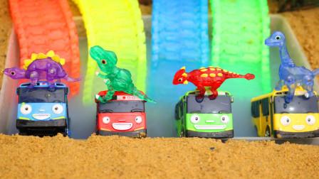 巴士先生在游泳池里变成恐龙玩具