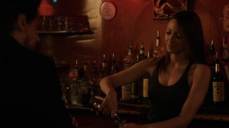 美剧《不死法医18》女酒保给200岁法医倒酒时露出一个大破绽!