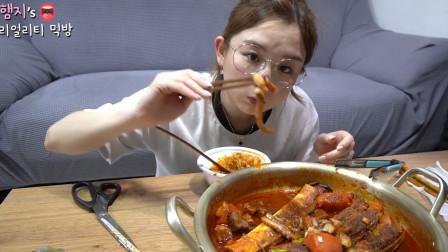 韩国美女真香吃播:香辣章鱼牛排骨,一口下去真过瘾,好想吃一口