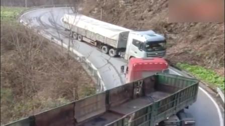 两辆大货车弯道会车,是时候拿出真正的技术了,配合的真不错!