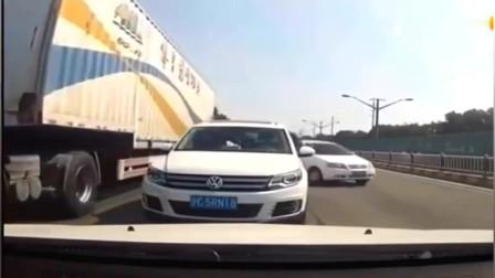 两路怒司机谁也不让谁,行车记录仪拍下这一幕,太嚣张了
