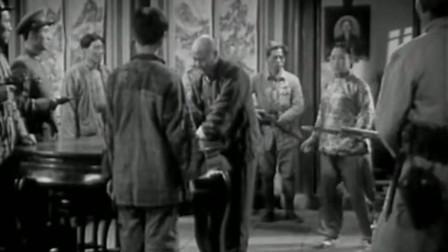 牧童投军:男子看长官上去迎接,把纸放在桌上,原来是做这样的事!