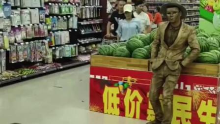 超市遇到小金人,直接被整惨了,看着真解气