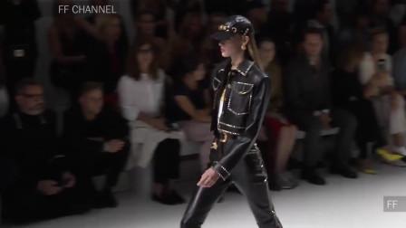 2020纽约时装周Versace品牌时装秀,模特穿出设计师想要的感觉