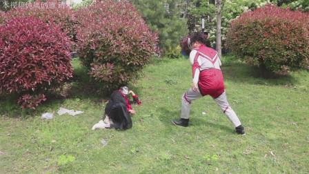 奥特曼真人版:两个笨蛋踩到西瓜皮摔倒,找奥特曼帮忙