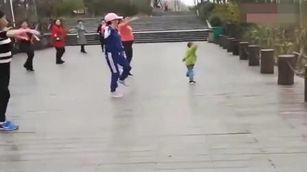 泉州两岁小孩跳广场舞动作堪称是优美怪不知道大妈把C位交给他